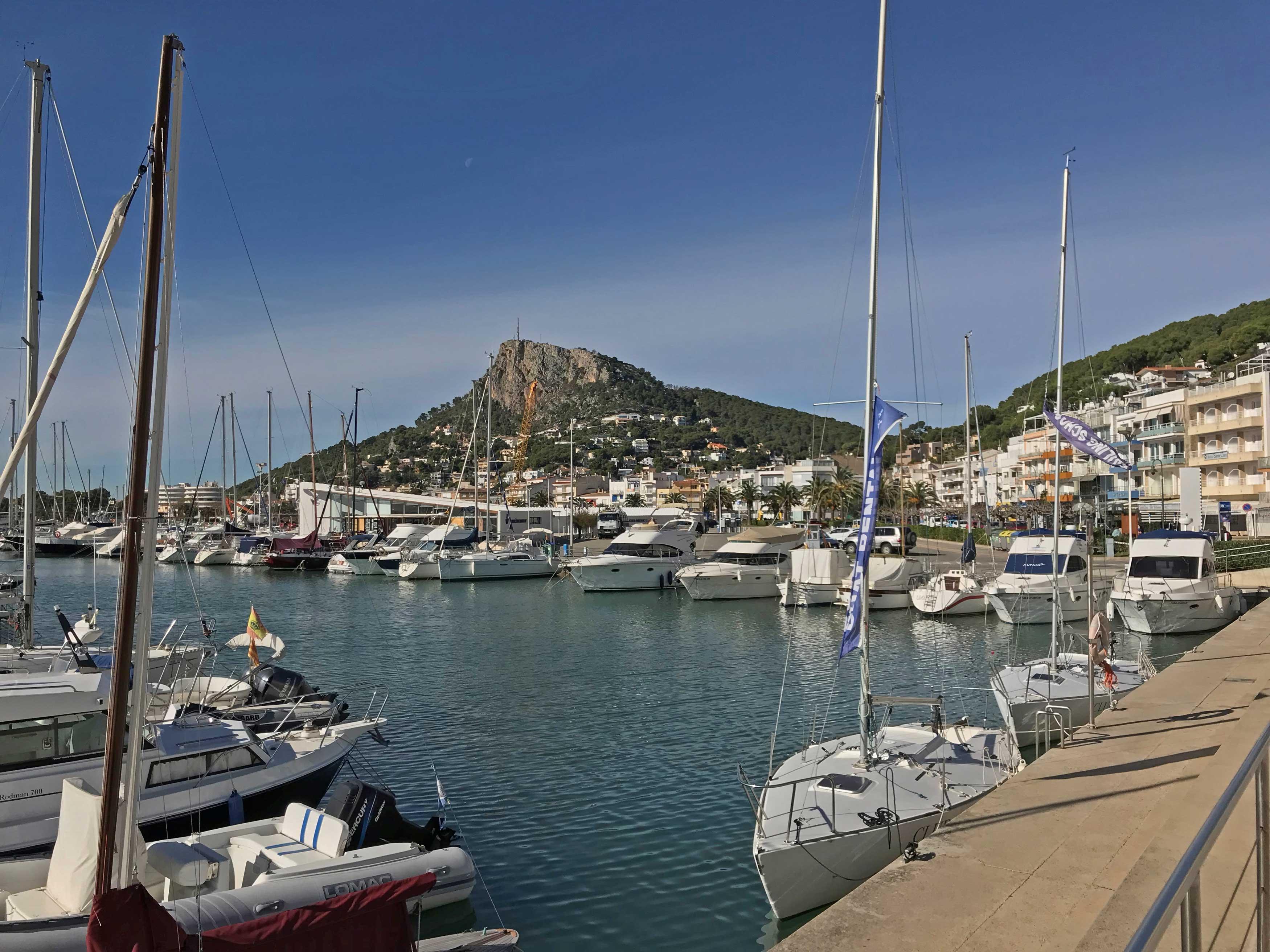 De haven van l'Estartit met de kenmerkende heuvel op de achtergrond.