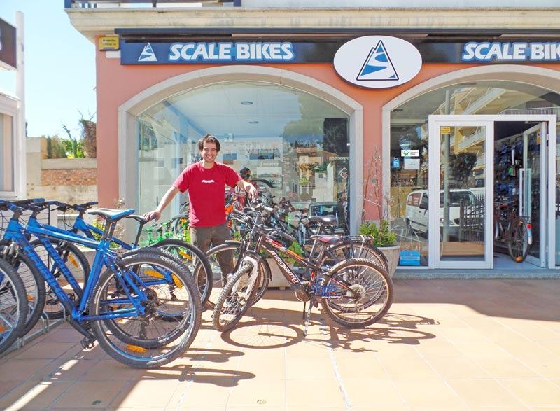Eigenaar Marc Trayter van Scale Bikes staat voor zijn winkel.