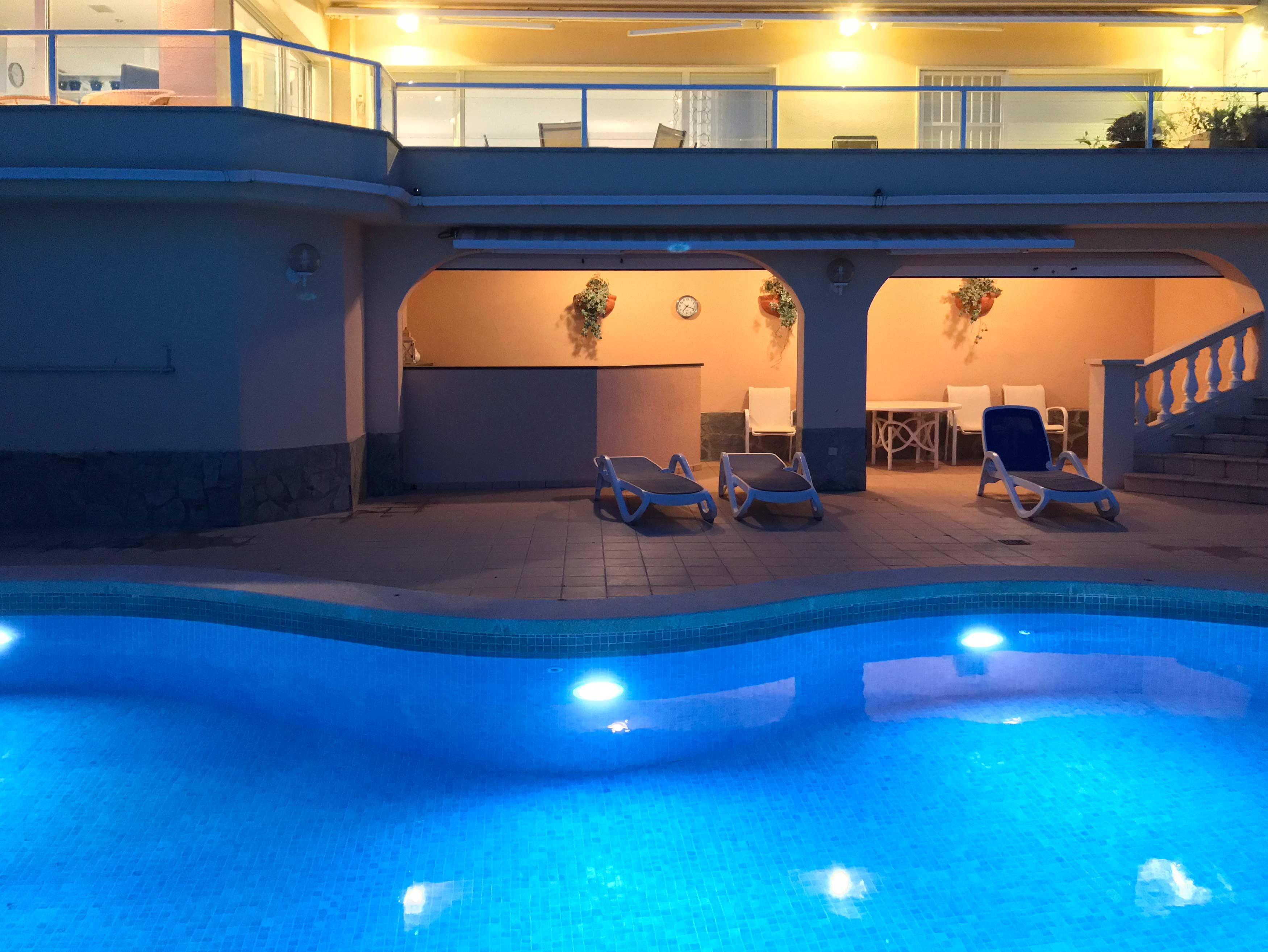 Het zwembad met verlichting van villa Cap de la Barra in l'Estartit