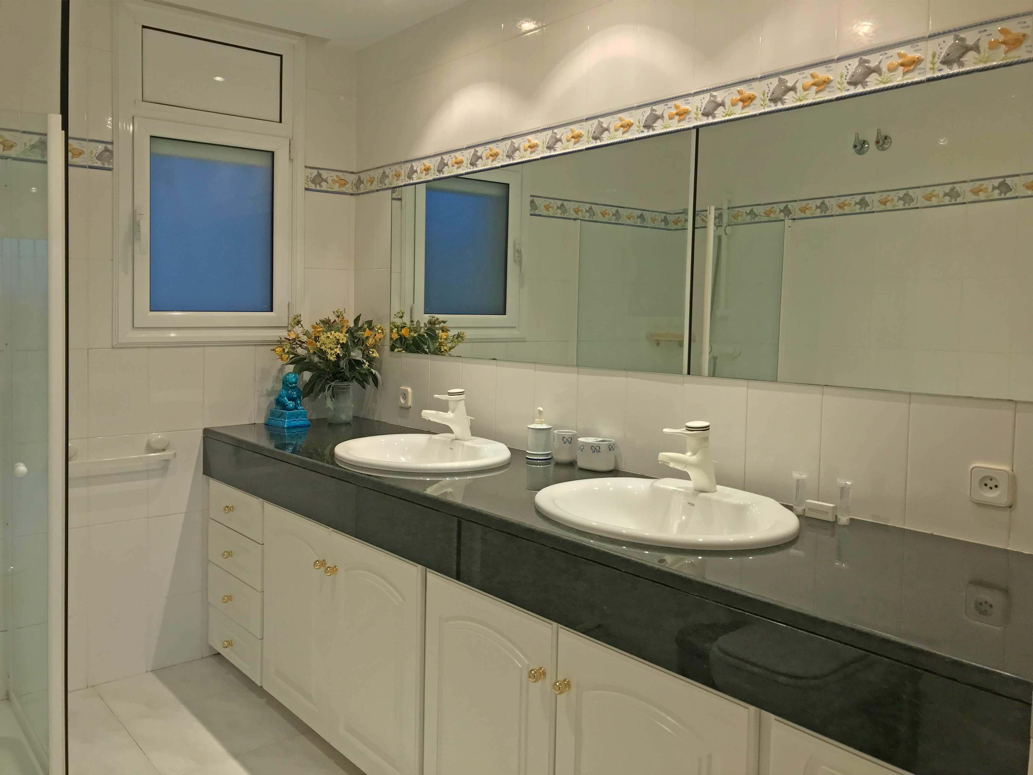 De badkamer op de bovenste etage van villa Cap de la Barra