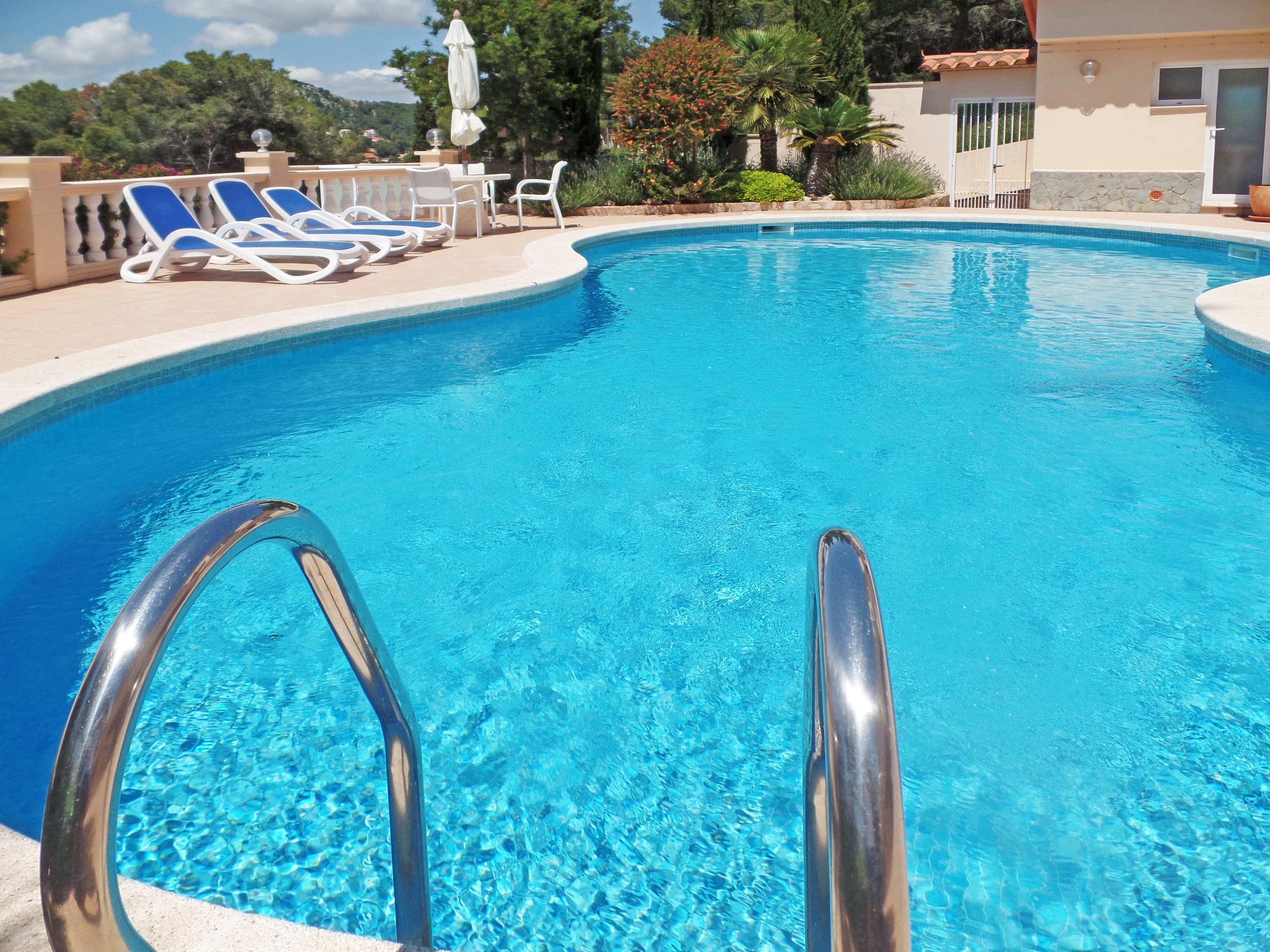 Spring in het privé zwembad van villa Cap de la Barra