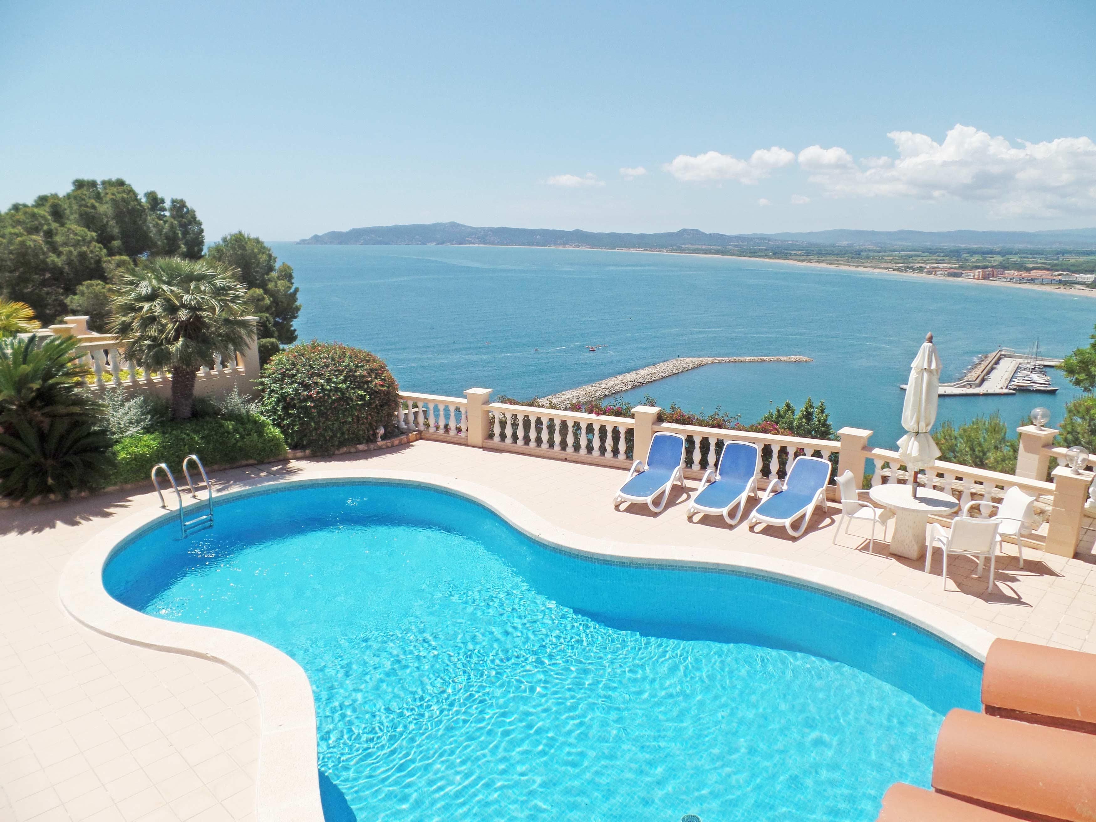 Panorama op het zwembad en de baai van l'Estartit van Villa Cap de la Barra