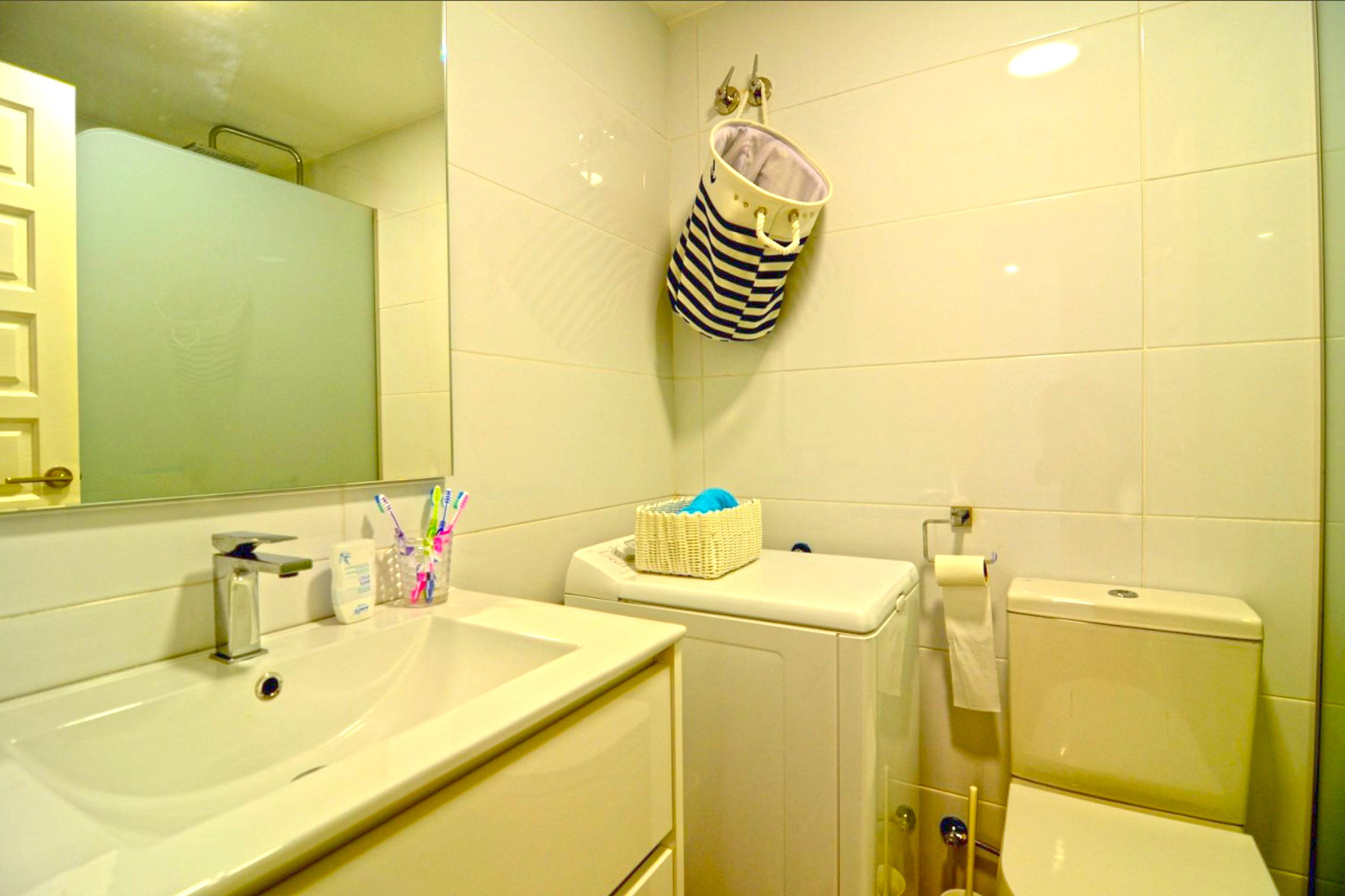 Appartement Vistamar l'Escala met de douche, wc en wasmachine