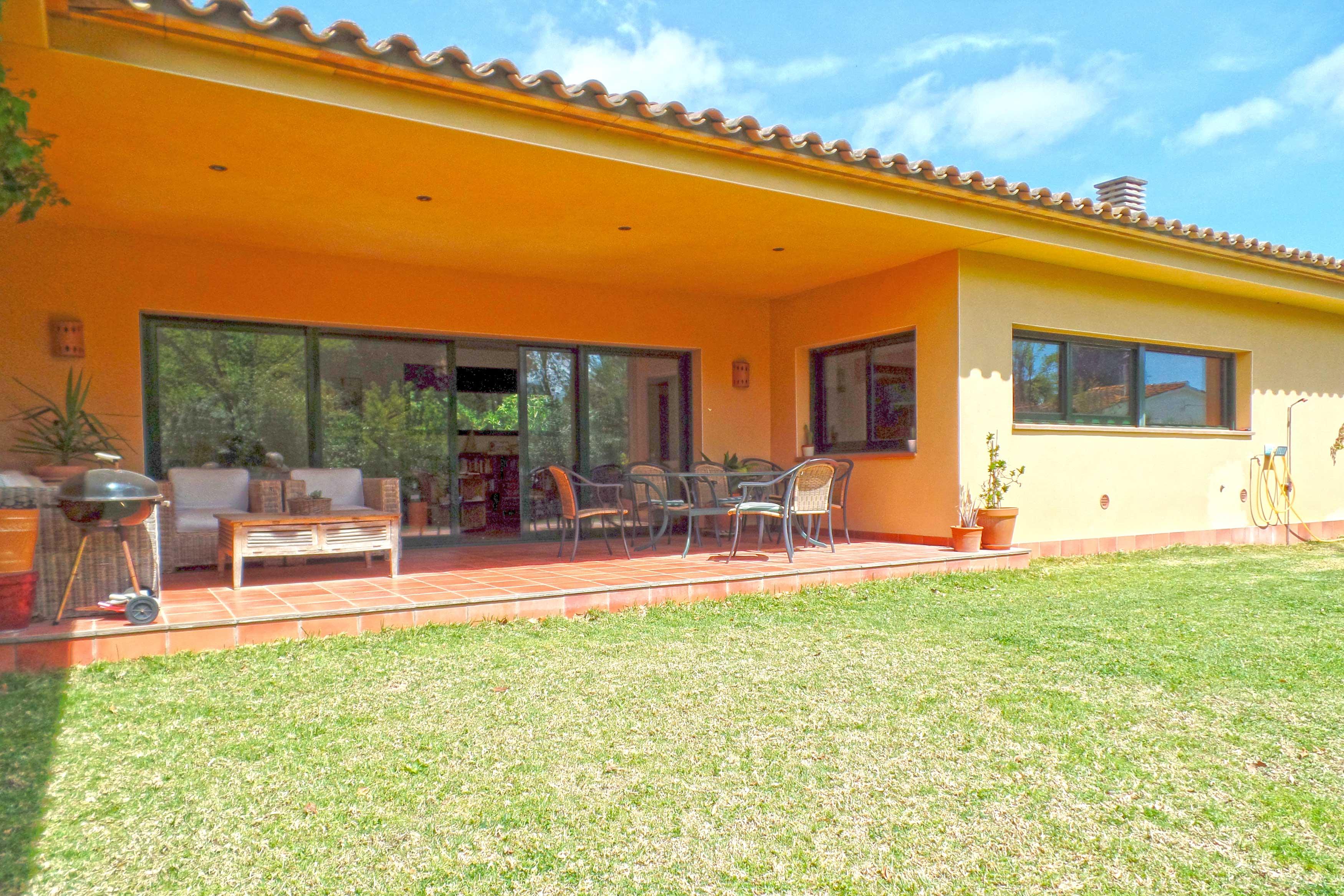 mooi terras met tafel en eetstoelen villa oosterhoff