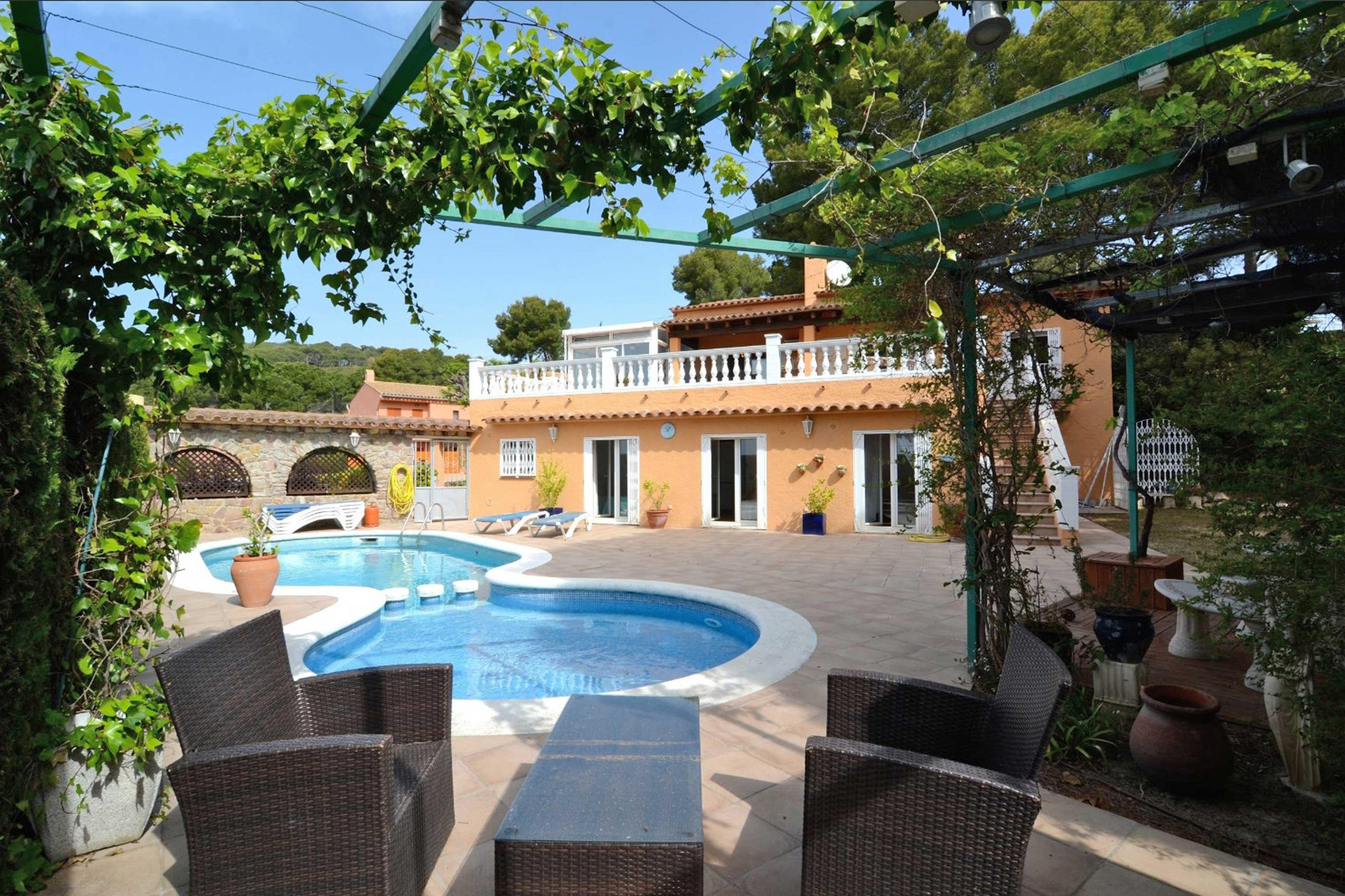 Grote ruime tuin met zwembad villa Buckingham