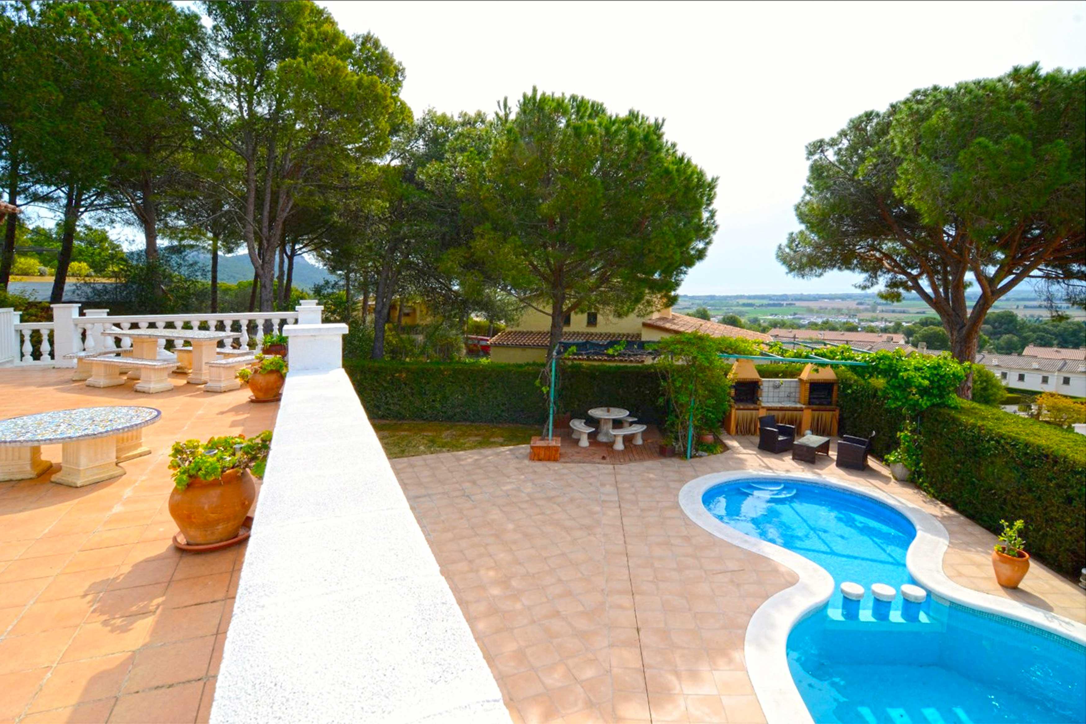 Terras met uitzicht op zwembad Villa Buckingham te Estartit