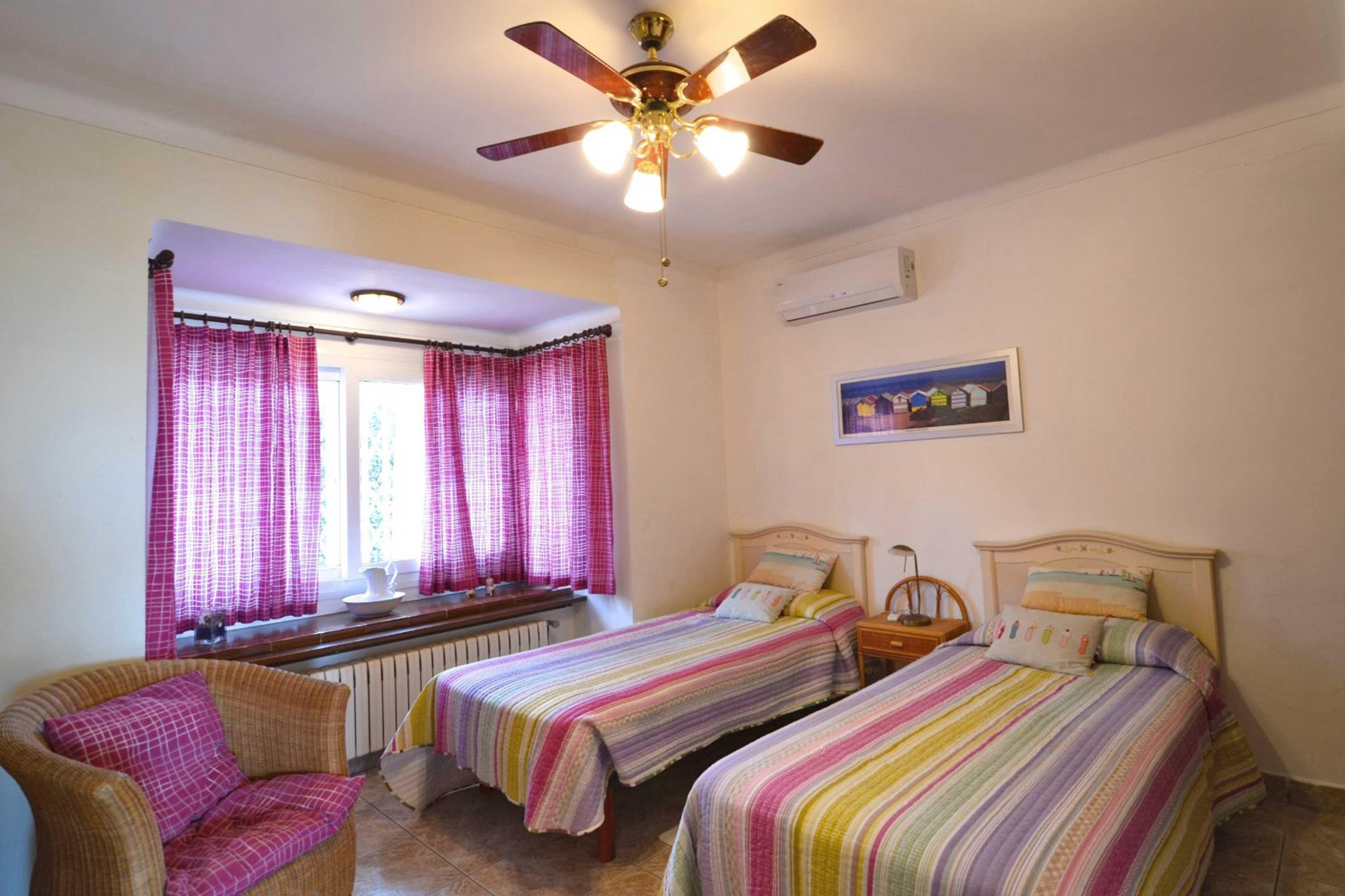 Ruime slaapkamer met airco bij Villa Buckingham te Estartit