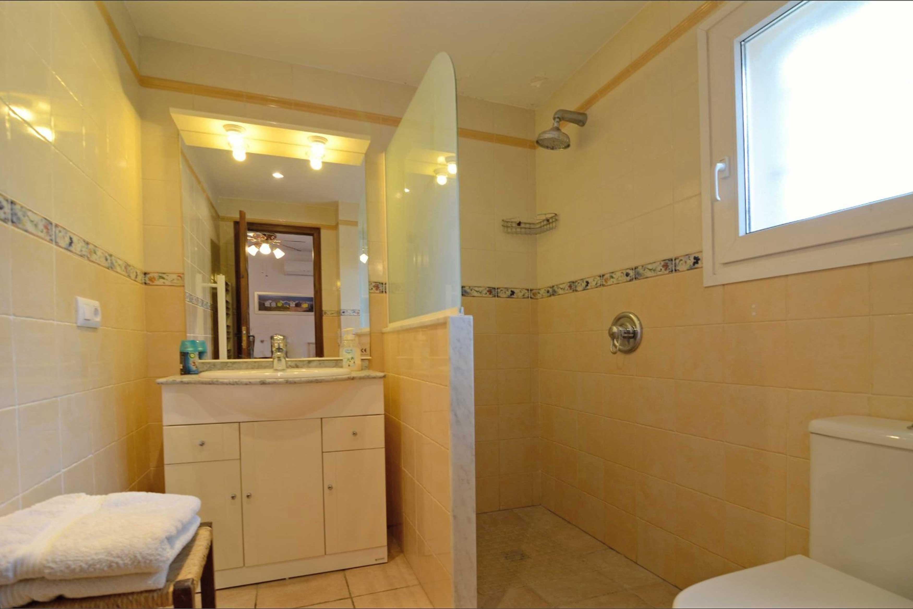 Ruime badkamer met douche bij villa Buckingham te Estartit