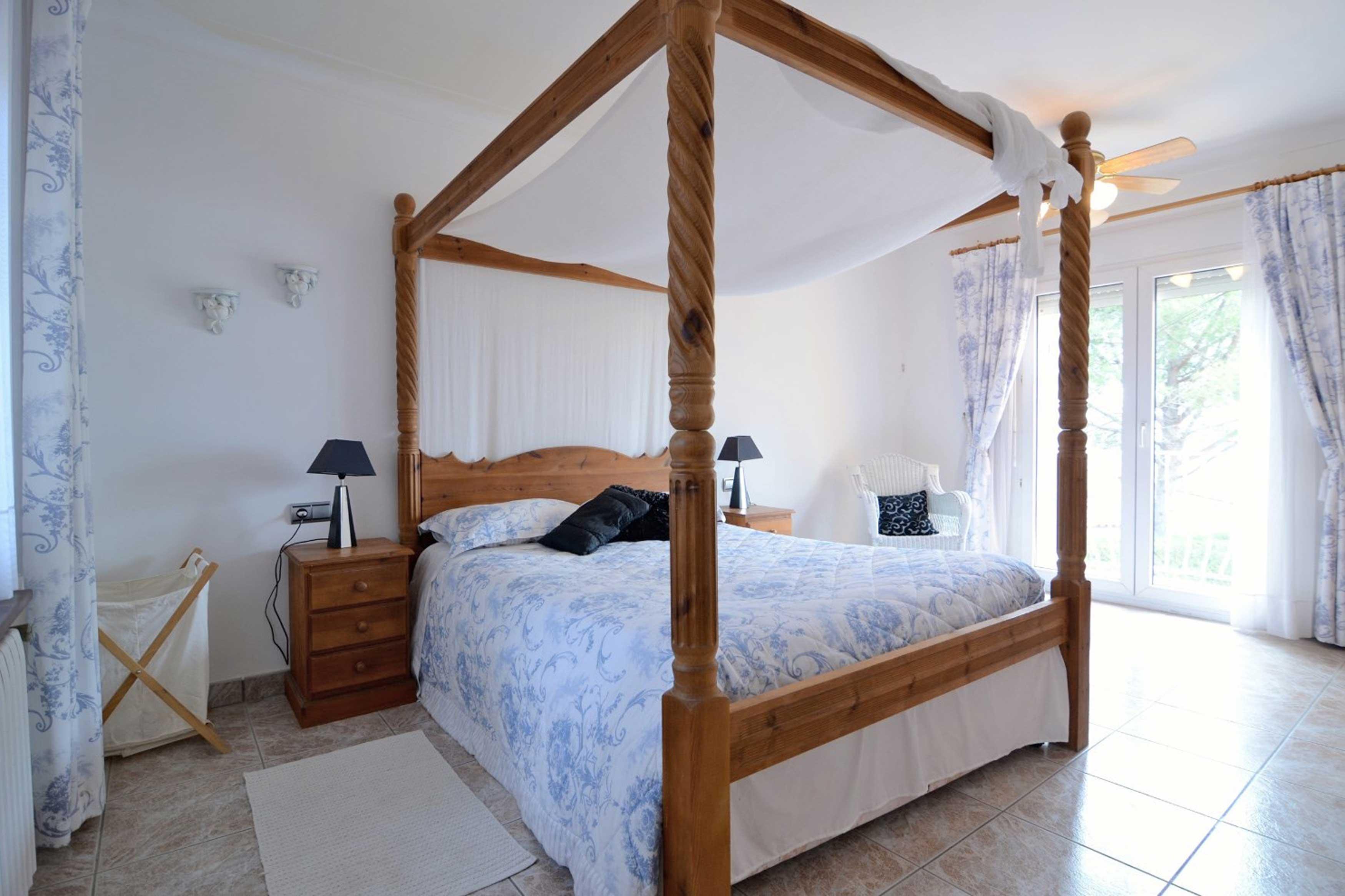 Ruime slaapkamer bij Villa Buckingham te Estartit