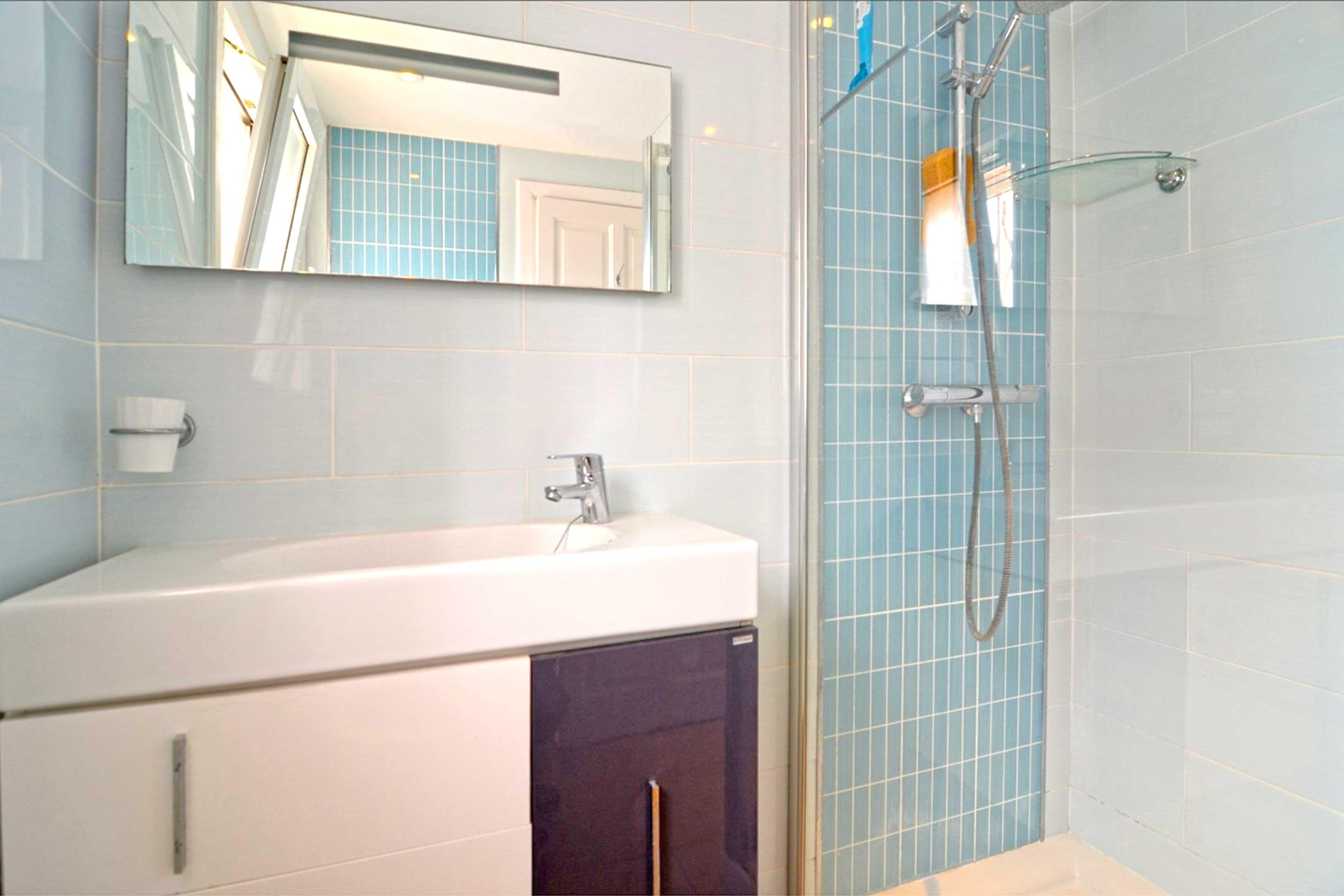 Slaapkamer met badkamer bij Villa Buckingham te Estartit