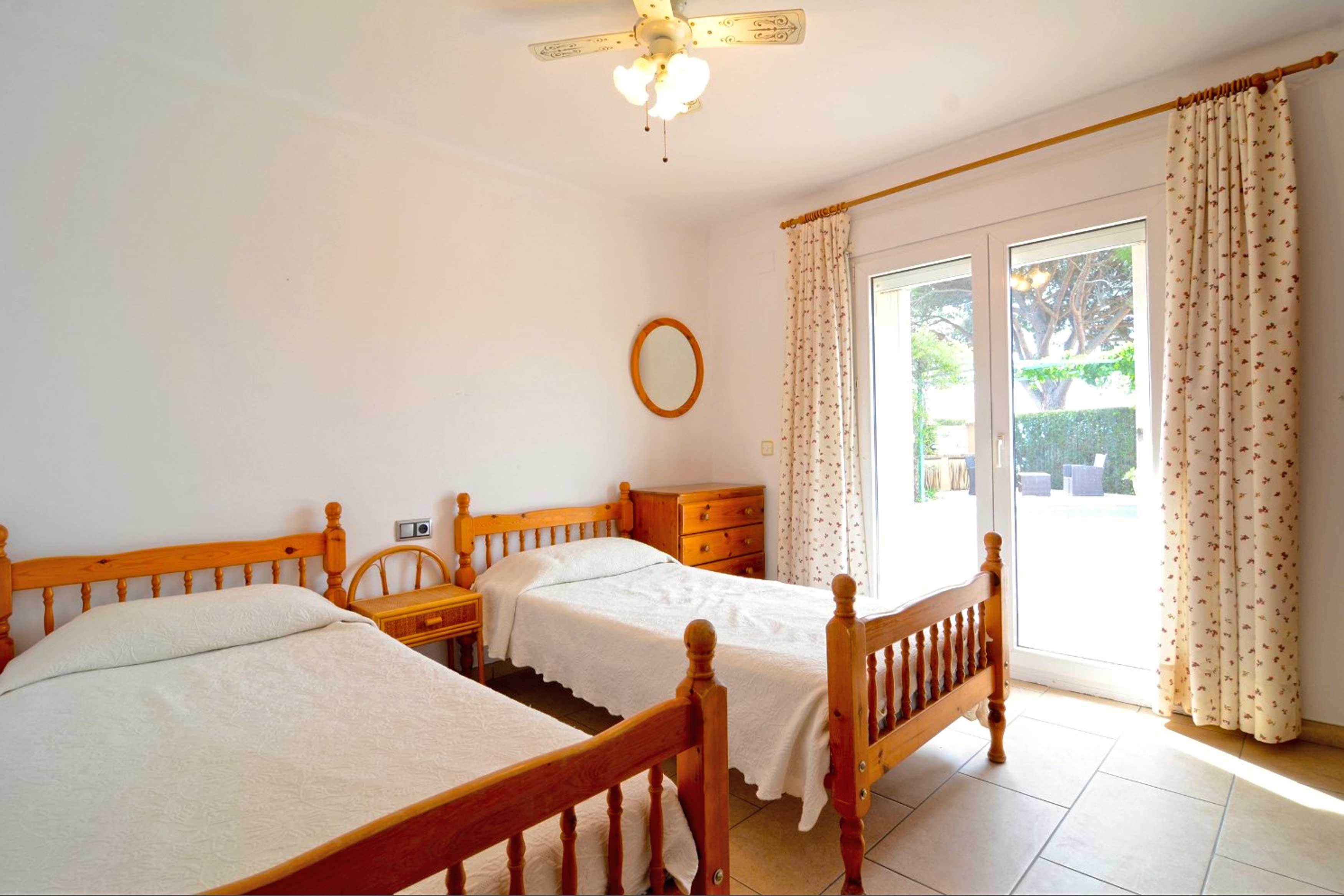 Slaapkamer met uitzicht op tuin villa Buckingham