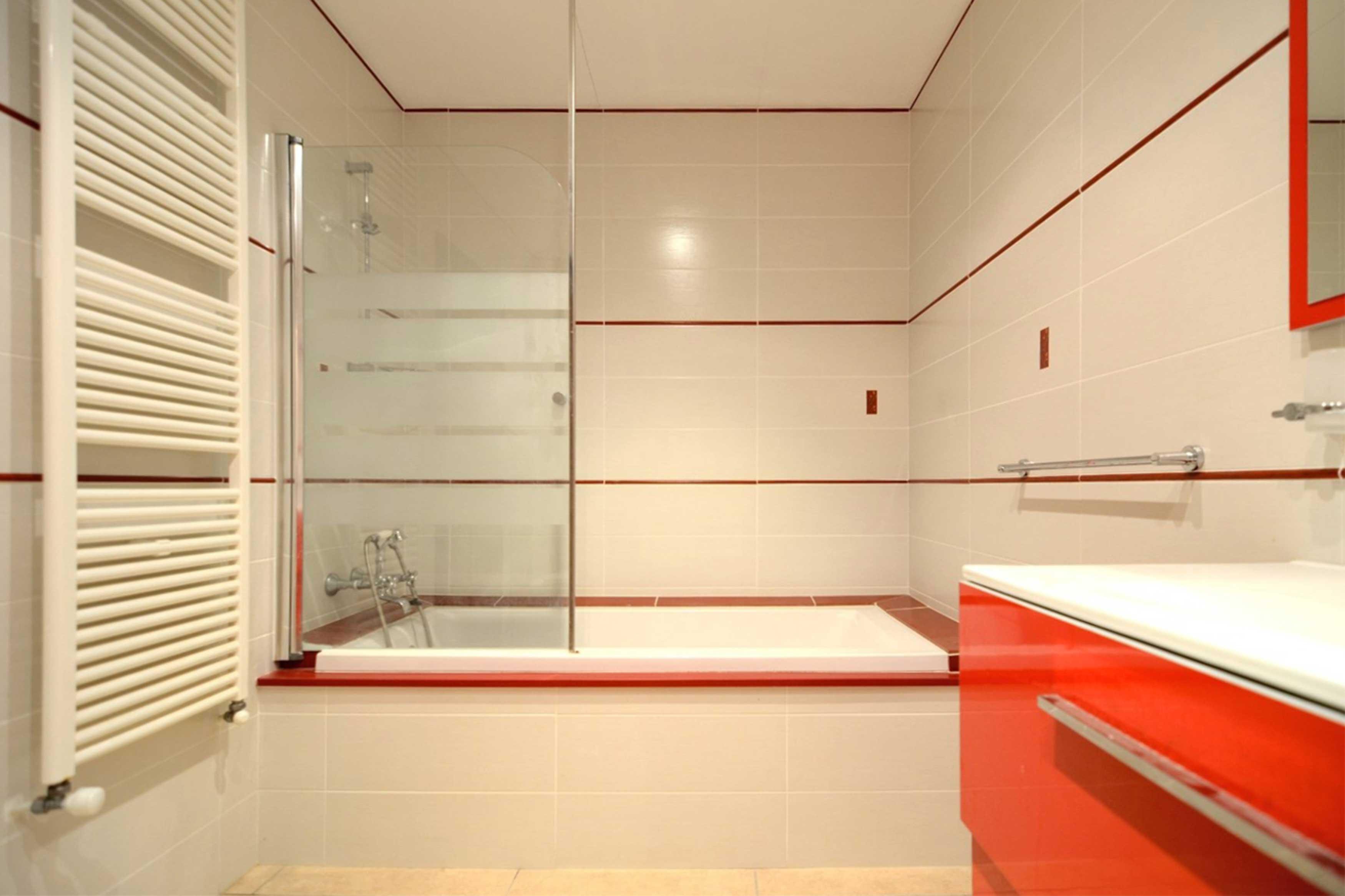 Moderne badkamer met bad bij Villa Buckingham te Estartit