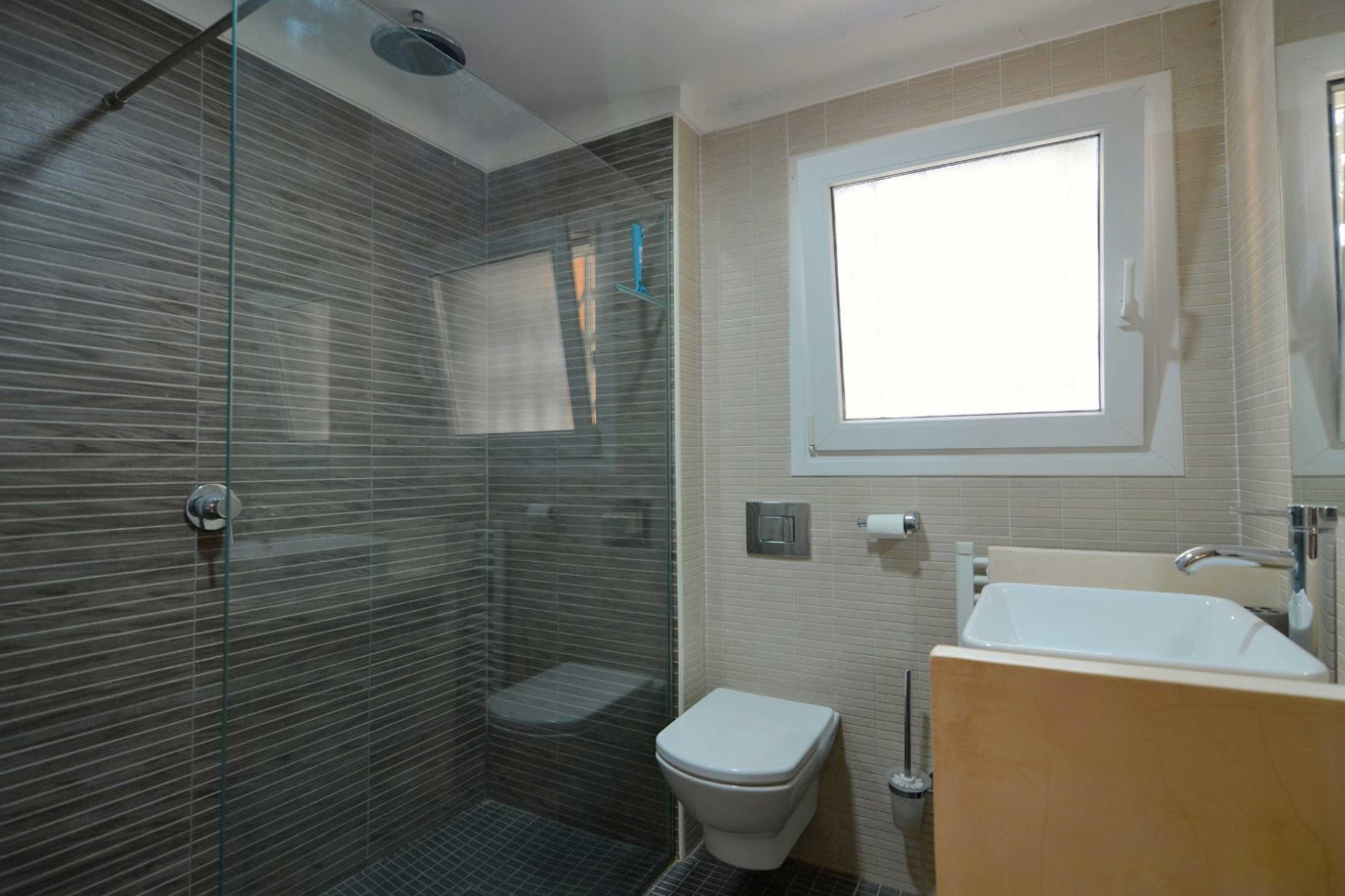 Badkamer met douche villa Buckingham